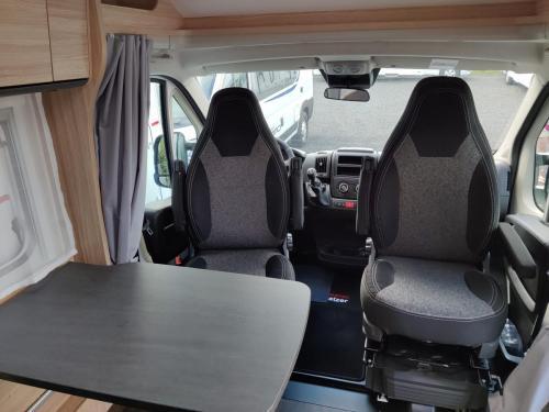 Innenansicht / drehbare Sitze